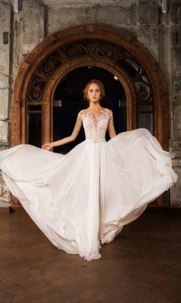 Прямое свадебное платье с вертикальными складками по подолу и изящным поясом на талии.