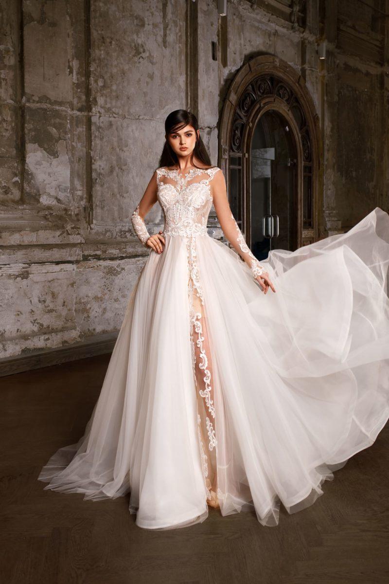 Восхитительное свадебное платье с юбкой сложного кроя и эффектным кружевным декором.