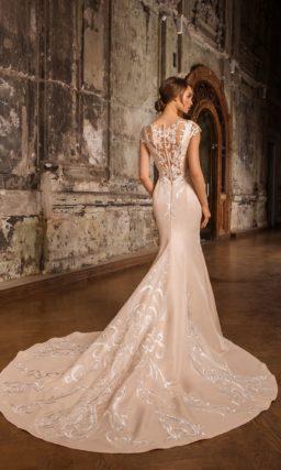 Пудровое свадебное платье из атласа с закрытым верхом и коротким рукавом из кружева.