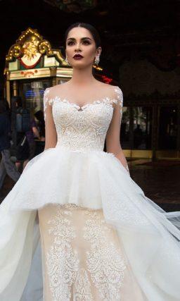 Стильное свадебное платье пудрового цвета с кружевным декором и пышной верхней юбкой с баской.