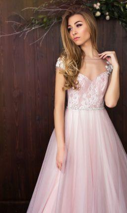 Розовое свадебное платье романтичного А-силуэта с коротким рукавом и соблазнительным вырезом.