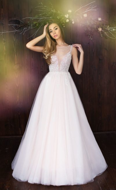Пышное свадебное платье с пастельной розовой юбкой и утонченным фактурным корсетом.