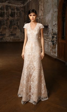 Свадебное платье на бежевой подкладке с V-образным вырезом и коротким рукавом.