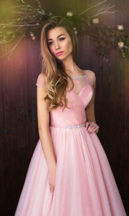 Пышное свадебное платье нежного розового оттенка с лифом в форме сердца, дополненным вставкой.