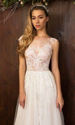 Изысканное свадебное платье прямого кроя с оригинальной кружевной отделкой и тонким верхом.