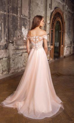 Свадебное платье с иллюзией полупрозрачности по корсету и многослойной юбкой с тонким верхом.