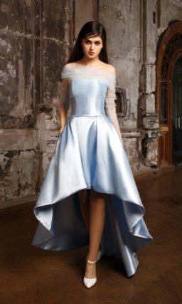 Глянцевое свадебное платье голубого цвета с прозрачным болеро и укороченным спереди подолом.