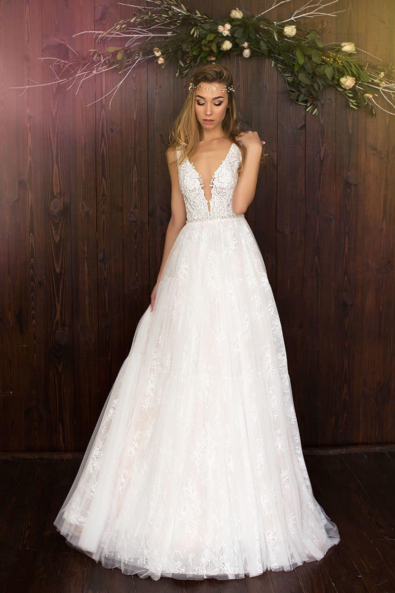 Кружевное свадебное платье «принцесса» с глубоким V-образным декольте и узким поясом.