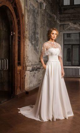 Элегантное свадебное платье «принцесса» с небольшим шлейфом и полупрозрачной накидкой.