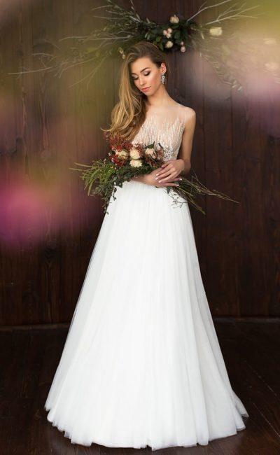 Свадебное платье «принцесса» с белоснежной юбкой и бежевым верхом с белой вышивкой.