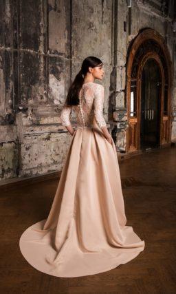 Персиковое свадебное платье с полупрозрачными рукавами из кружева и шлейфом.