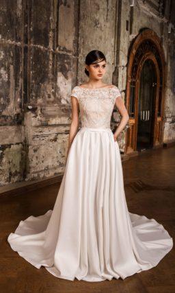 Сдержанное свадебное платье с закрытым лифом из кружева и элегантной атласной юбкой.