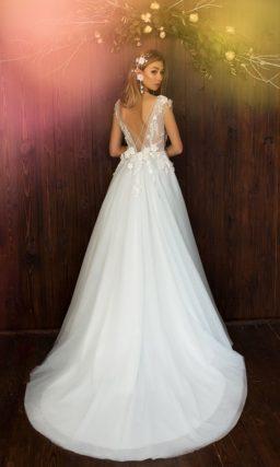 Свадебное платье с выразительным декольте с широкими бретелями и юбкой А-силуэта.