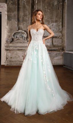 Свадебное платье с лифом в форме сердца, украшенным бисером, и пышной голубой юбкой.