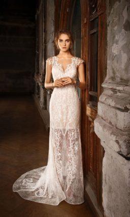 Бежевое свадебное платье с коротким кружевным рукавом.