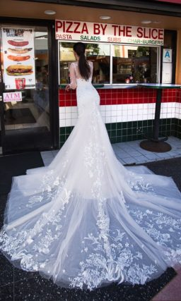 Облегающее свадебное платье «русалка» с кружевным декором по всей длине и закрытым лифом.