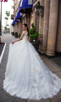 Пышное свадебное платье с кружевной отделкой и прозрачными бретелями над лифом-сердечком.