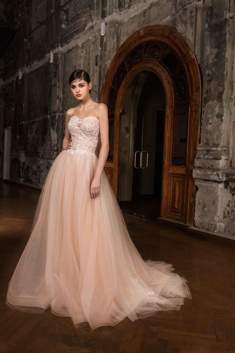 Персиковое свадебное платье с воздушным подолом и фигурным открытым лифом в форме сердца.