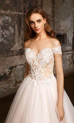 Пышное свадебное платье-трансформер на кремовой подкладке, с открытым лифом.