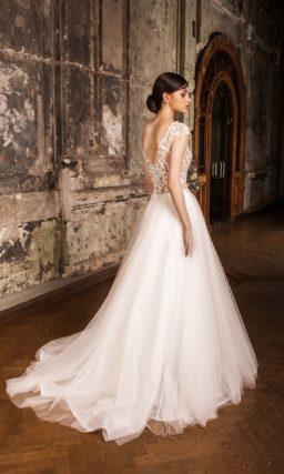 Воздушное свадебное платье с полупрозрачным верхом с изящным круглым вырезом под горло.