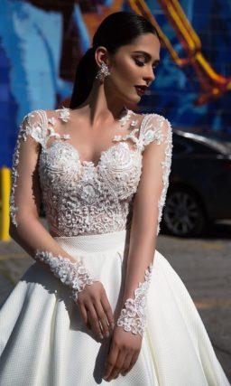 Пышное свадебное платье с атласной юбкой и длинными полупрозрачными рукавами с кружевом.
