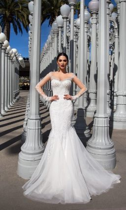 Фактурное свадебное платье с соблазнительным декольте и роскошной верхней юбкой со шлейфом.