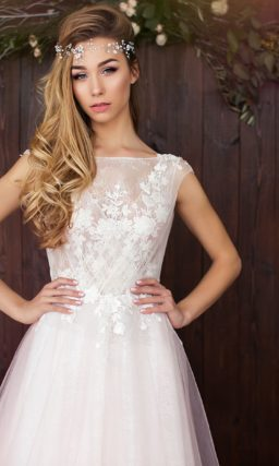 Розовое свадебное платье «принцесса» с закрытым лифом с нежной кружевной отделкой.