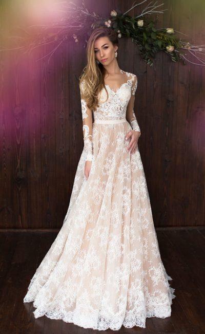 Бежевое свадебное платье «принцесса» с длинным рукавом и отделкой из белого кружева.