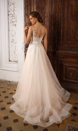 Бежевое свадебное платье с объемной отделкой корсета бутонами и узким поясом на талии.