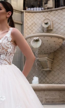 Кремовое свадебное платье с восхитительным кружевным декором и многослойной юбкой со шлейфом.