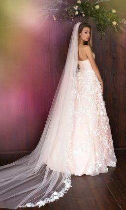 Розовое свадебное платье с открытым лифом в форме сердца и белыми аппликациями на юбке.