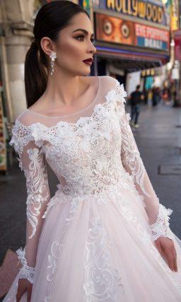 Очаровательное свадебное платье пышного кроя в розовых тонах, с длинным тонким рукавом.