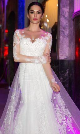 Женственное свадебное платье с прозрачной верхней юбкой и нежным кружевным декором по лифу.