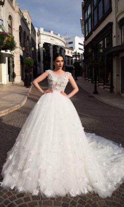Необычное свадебное платье с фактурным декором лифа и многослойной юбкой со шлейфом.