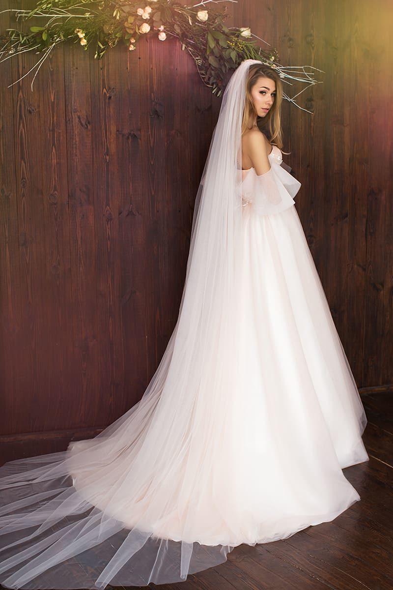 Открытое свадебное платье розового цвета с пышной юбкой и классическим лифом в форме сердца.