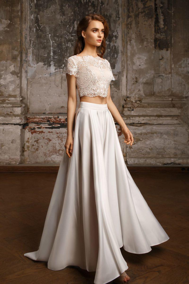 Свадебное платье с кружевным коротким топом и лаконичной юбкой из белоснежного атласа.