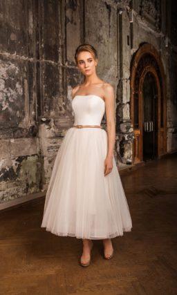 Короткое свадебное платье с оригинальным верхом, пышной юбкой и узким бежевым поясом.