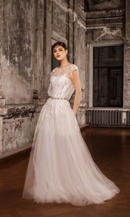 Романтичное свадебное платье с полупрозрачным верхом и узким поясом, украшенным бисером.