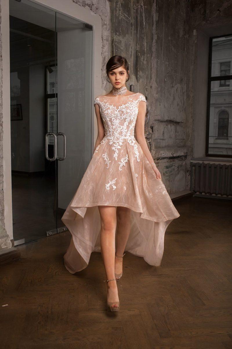 Пудровое свадебное платье с укороченной юбкой «принцесса» и женственным вырезом декольте.
