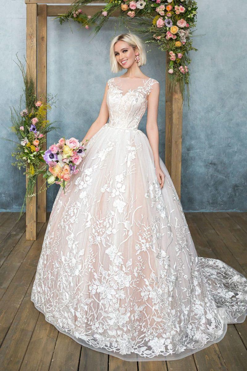 Чарующее свадебное платье с розовой юбкой, украшенной белым глянцевым кружевом по низу.
