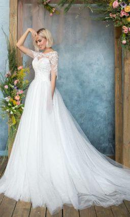 Пышное свадебное платье с великолепным длинным шлейфом и кружевными рукавами.
