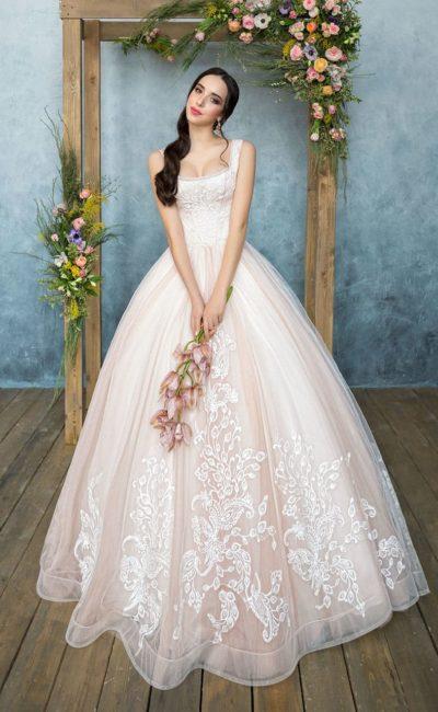 Розовое свадебное платье пышного силуэта с кружевной отделкой корсета с вырезом каре и юбки.
