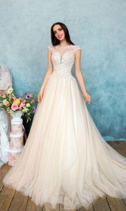 Пышное свадебное платье с соблазнительным кружевным лифом и легким кремовым оттенком юбки.