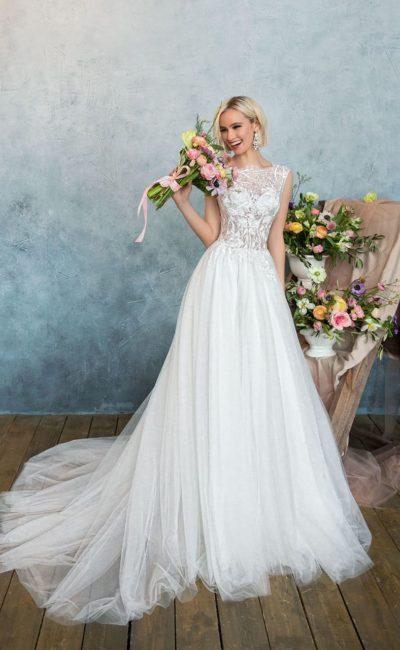 Свадебное платье с романтичной многослойной юбкой и изящным округлым вырезом на лифе.