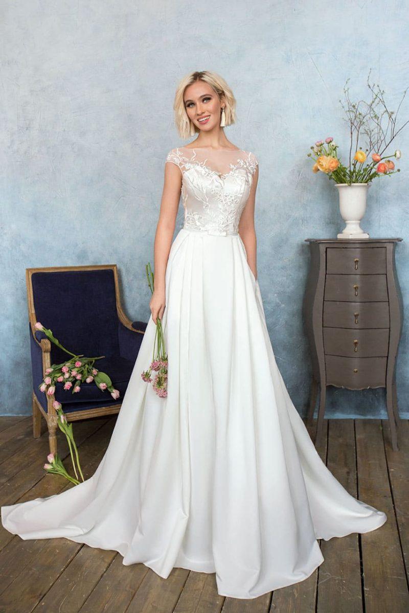 Деликатное свадебное платье «принцесса» с вырезом в форме сердца, покрытым тонкой тканью.