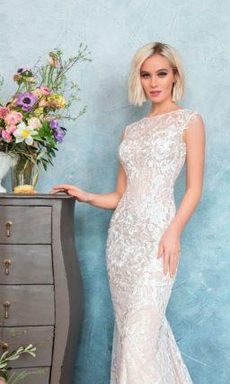 Закрытое кружевное свадебное платье на подкладке цвета слоновой кости под белым кружевом.