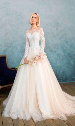Закрытое свадебное платье персикового оттенка с великолепной многослойной юбкой со шлейфом.
