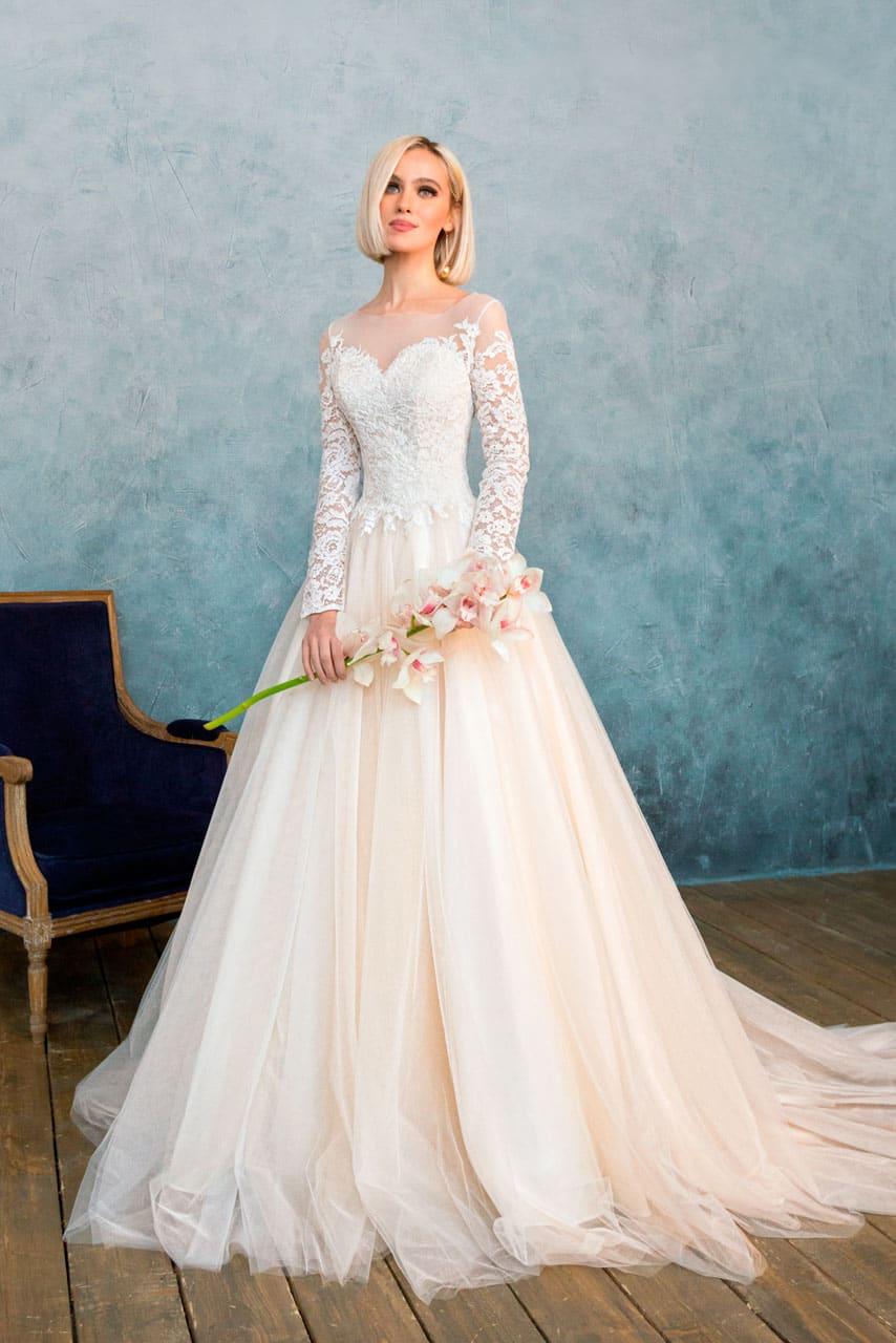 0b7a410d5fd Закрытое свадебное платье персикового оттенка с великолепной многослойной  юбкой со шлейфом.