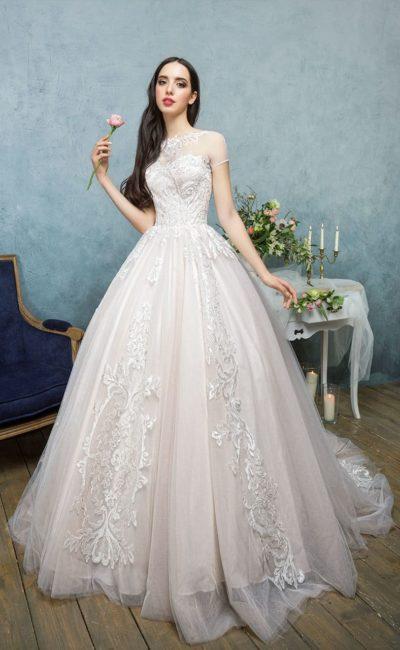 Свадебное платье пастельного розового оттенка, с элегантным верхом и кружевным декором.