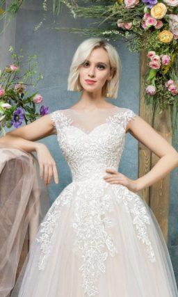 Бежевое свадебное платье с корсетом с декольте в форме сердца и широкими бретелями.